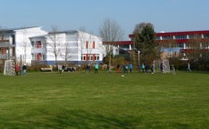 Grünfläche vor dem Schulzentrum